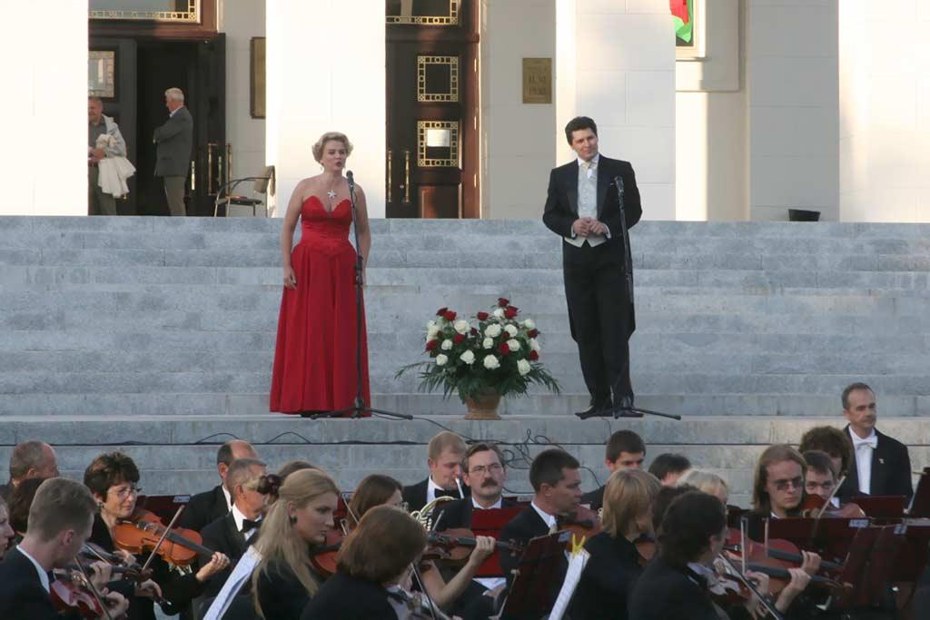 Театр оперы и балета. Три звезды - третья на груди примы. Звезды белорусской оперы. Фото. Картинка